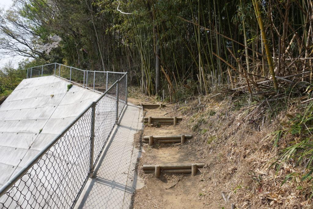 港山城登り口